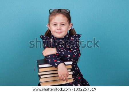 little gir reading a books