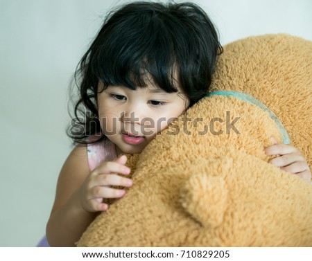 Little girl hugging big teddy bear soft toy happy smiling on isolate background,Baby so happy with big teddy bear doll soft toy, Little girl is very happy when she gets a big brown bear doll, Stock fotó ©