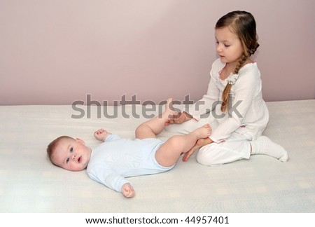 little girl wiht her brother