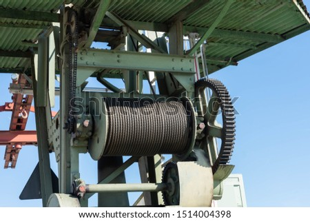 Load lifting device in a harbor #1514004398