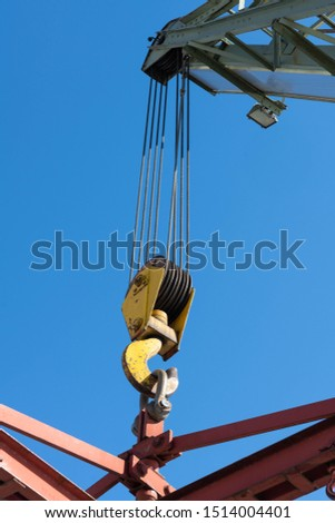 Load lifting device in a harbor #1514004401