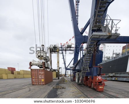 loading containers by shore crane