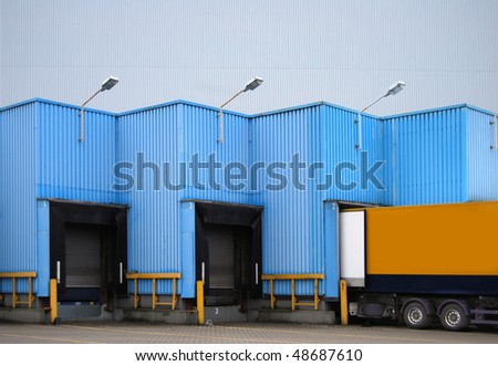 Loading ramp for trucks of a warehouse