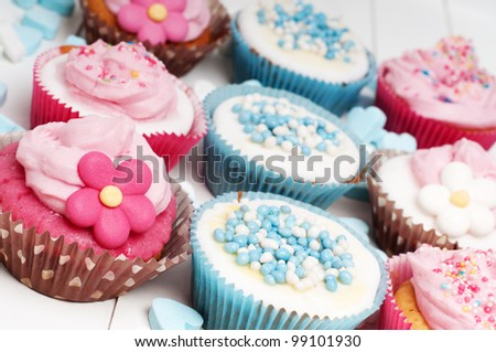 Loads of party cupcakes in baby blue and pink