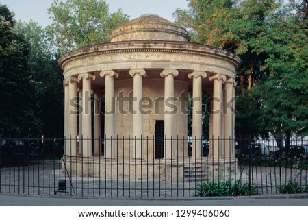"""Located in the immense """"Spianada"""" of Corfu is a circular memorial-monument with columns built to honor the memory of an English officer, to understand a concept #1299406060"""