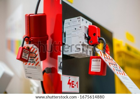 Lock Out, Tag Out with a danger tag. Electrical and machine system and safety equipment. There is a Danger and Do Not Remove warning. Switch Lock. Foto stock ©
