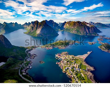 Lofoten islands is an archipelago in the county of Nordland, Norway. Is known for a distinctive scenery with dramatic mountains and peaks, open sea and sheltered bays, beaches and untouched lands. Foto stock ©