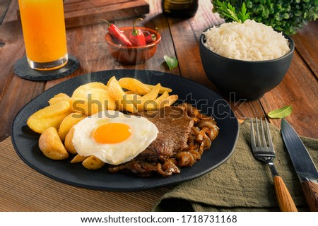Lomo a lo Pobre - Traditional Chilean Food - Meat, rice, chips and caramelized onion Foto stock ©