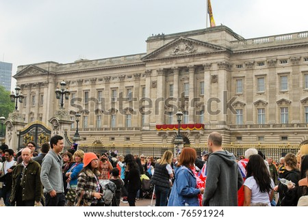 LONDON, ENGLAND - APRIL 29: Spectators in front of the Buckingham Palace on April 29, 2011 in London, England.