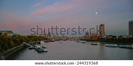 LONDON - NOVEMBER 12 : London skyline at dusk on November 12, 2005