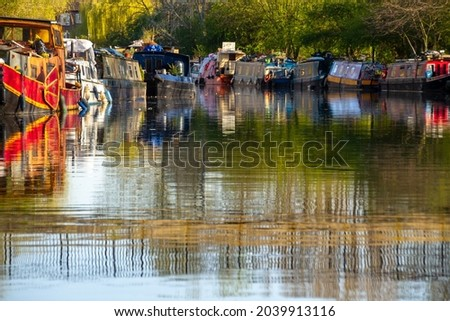 London, UK, 2020: A sunny day in Hackney during Lockdown along the river Lee with clear water 商業照片 ©