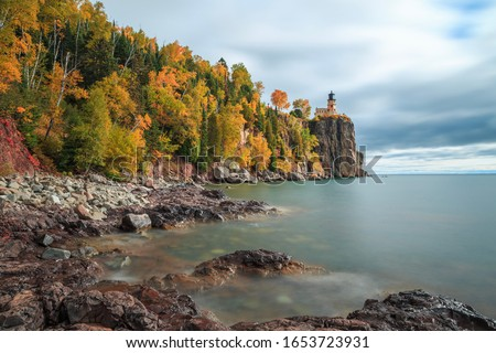 Long exposure of Split Rock Lighthouse complemented with fall colored trees and Lake Superior Foto d'archivio ©