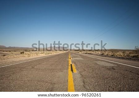 long lonely old asphalt road Route 66 and blue sky, lange einsame alte Route 66 mit blauen Himmel