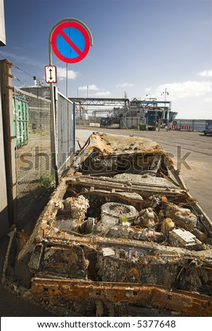 Long-stay car park - Rusty car from the Sea.