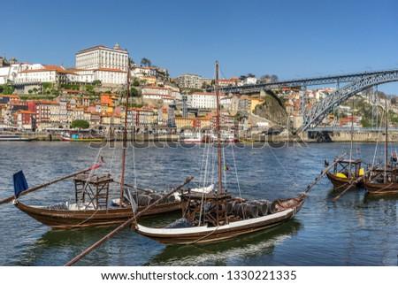 Looking across the River Douro to Ribeira bin Porto in Portugal Foto stock ©