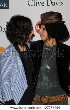 LOS ANGELES - FEB 9:  Sara Gilbert, Linda Perry arrives at the Clive Davis 2013 Pre-GRAMMY Gala at the Beverly Hilton Hotel on February 9, 2013 in Beverly Hills, CA