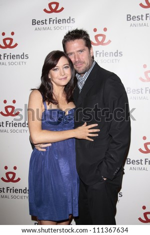 LOS ANGELES - NOV 13: Alyson Hannigan (pregnant) and husband Alexis Denisof  at the 15th annual Lint Roller Party at the Palladium in Hollywood on 13 November 2008 in Los Angeles, California