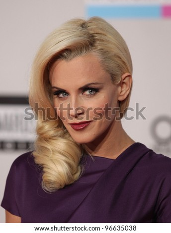 LOS ANGELES - NOV 20:  Jenny McCarthy arrives to the American Music Awards 2011  on November 20, 2011 in Los Angeles, CA