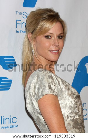 LOS ANGELES - NOV 19:  Julie Bowen arrives to the The Saban Free Clinic's Gala at Beverly Hilton on November 19, 2012 in Beverly Hills, CA