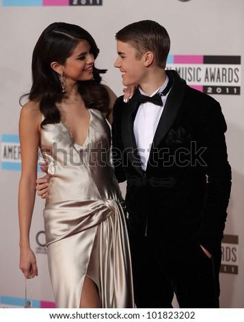 LOS ANGELES - NOV 20:  Selena Gomez & Justin Bieber arrives to the American Music Awards 2011  on November 20, 2011 in Los Angeles, CA