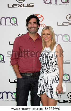 LOS ANGELES - OCT 15:  Carter Oosterhouse, Amy Smart arriving at the 2011 Environmental Media Awards at the Warner Brothers Studio on October 15, 2011 in Beverly Hills, CA