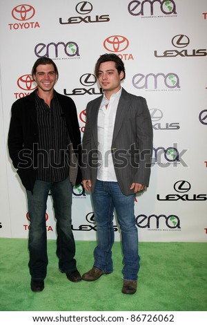 LOS ANGELES - OCT 15:  Matthew Lawrence, Andrew Lawrence arriving at the 2011 Environmental Media Awards at the Warner Brothers Studio on October 15, 2011 in Beverly Hills, CA