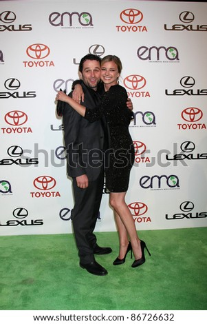 LOS ANGELES - OCT 15:  Matthew Rhys, Emily VanCamp arriving at the 2011 Environmental Media Awards at the Warner Brothers Studio on October 15, 2011 in Beverly Hills, CA