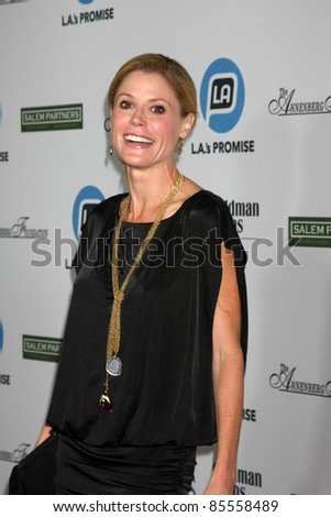 LOS ANGELES - SEPT 27:  Julie Bowen arriving at  LA's Promise 2011 Gala at the Grand Ballroom, Hollywood & Highland on September 27, 2011 in Los Angeles, CA