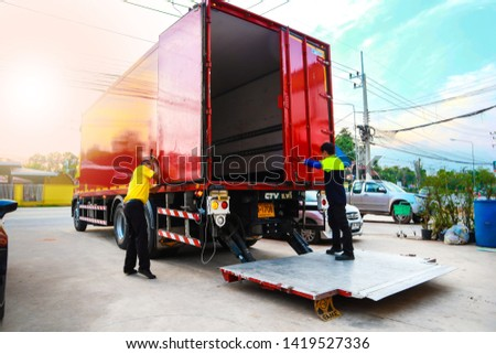 Lotus company employees are closing the red truck cabinet doors After going down to the warehouse Mueang Aranyaprathet, Thailand on 25 Apr 2019.-ภาพ #1419527336