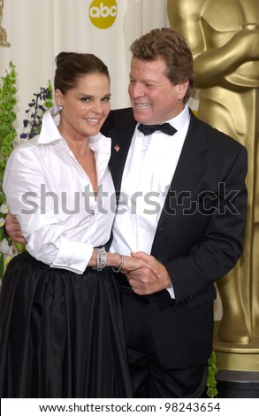 Love Story stars RYAN O\'NEAL & ALI McGRAW at the 74th Annual Academy Awards in Hollywood. 24MARR2002.   Paul Smith / Featureflash