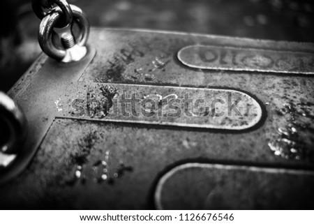 Love swing. Black&white. Czarno-białe zdjęcie napisów na ławce. Zdjęcia stock ©