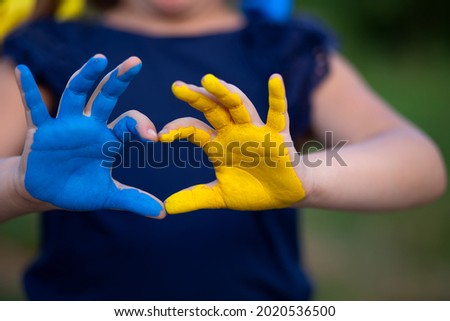 Love Ukraine concept. hands in heart form painted in Ukraine flag color - yellow and blue. Selecrive focus. Independence day of Ukraine, Flag, Constitution day Education, school, art painitng concept Foto stock ©