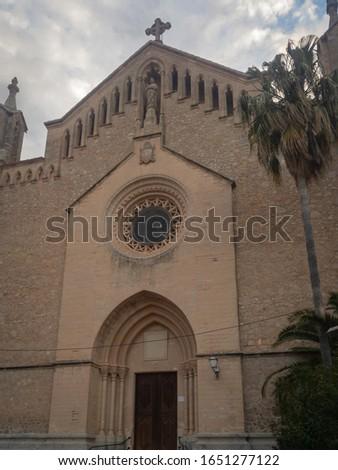 Low angle view of Iglesia de Transfiguración del Señor in the Spanish town of Arta on the mediterranean island of Majorca (Mallorca) Foto stock ©