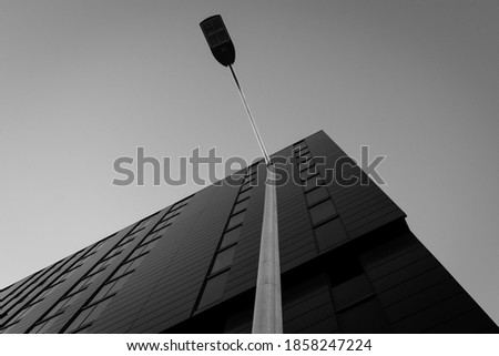 Low Angle View of Streetlight in Front of Modern Office Building Photo stock ©