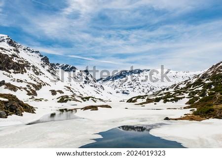 Low Giglachsee half frozen, mountain landscape with snow, Rohrmoos-Untertal, Schladming Tauern, Schladming, Styria, Austria Foto stock ©