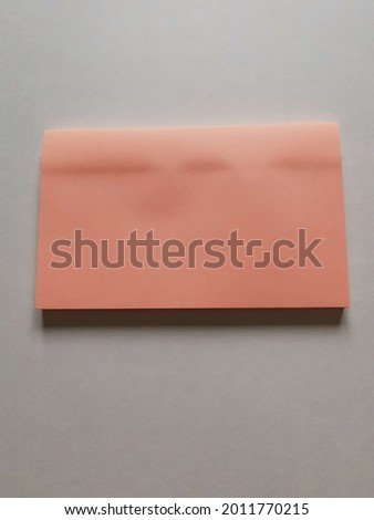 lt is a small sheet of paper with an adhesive strip on the back used for writing notes or emphasizing important points Foto stock ©