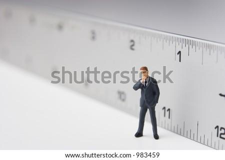 Maß eines Mannes, Geschäft Abbildung, die vor einemTabellierprogr amm steht - stock photo