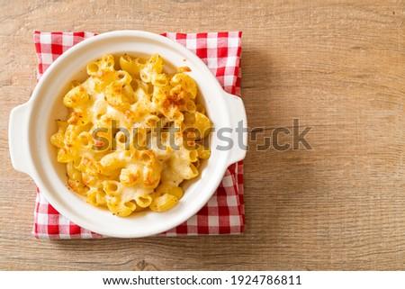 mac and cheese, macaroni pasta in cheesy sauce - American style Stock fotó ©