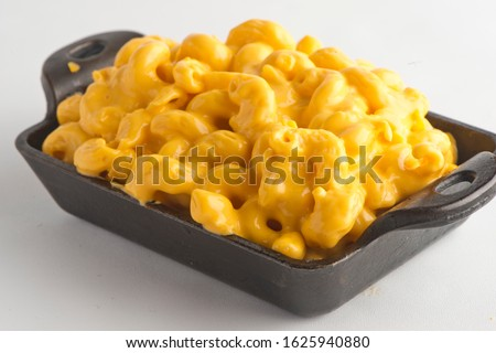 Macaroni and cheese. Mac n cheese. Macaroni mixed with cheddar cheese, grilled shrimp, crispy bacon, jalapeños, spicy corn salsa, and cilantro. Classic American bar appetizer, loaded Mac n cheese. Stock fotó ©