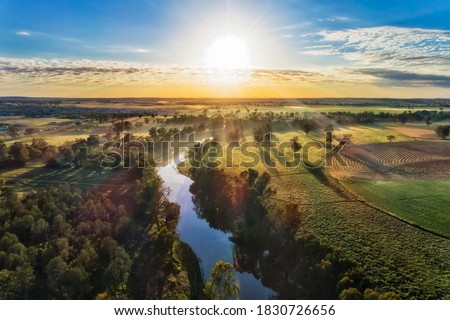 Macquarie river in Dubbo near Dundullmal homestead and farm fiels in aerial sunrise scenic view. Foto stock ©