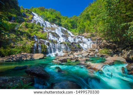Maeya waterfalls cascade flowing in tropical forest and sun light at Doi Inthanon National park , a beautiful stream water famous rainforest , Chiang Mai province, Thailand. Foto stock ©