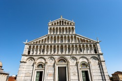 Main facade of the Pisa Cathedral, (Duomo di Santa Maria Assunta), in Pisan Romanesque style, Square of Miracles (Piazza dei Miracoli), Tuscany, Italy, Europe.