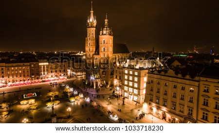 Main Squere in Krakow in Poland seen from above in the evening, Aerial view of Historical European market in downtown shoot by drone. Ko?ció? Mariacki - St. Mary's Basilica. Foto stock ©