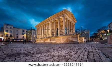 Maison Carree - restored roman temple dedicated to 'princes of youth', with richly decorated columns & friezes in Nimes, France Photo stock ©
