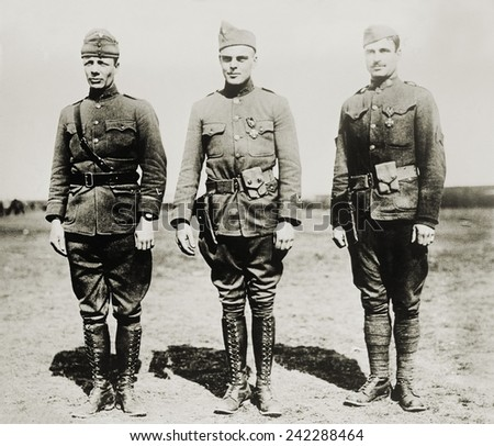 Major Theodore Roosevelt Jr. with two other soldiers, Lt. C.R. Holmes, and Sgt. J.A. Murphy during World War I. He would also serve with distinction as a Brigadier General in World War II. Ca. 1918. Stock fotó ©