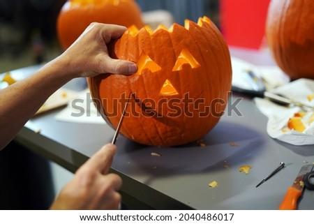 Making halloween pumpkin head jack o lantern at home. Do it yourself. Foto stock ©
