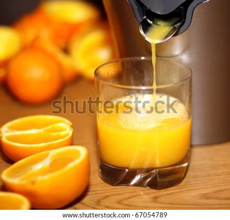 Making orange juice from sliced oranges
