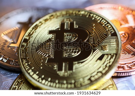 Makro closeup of shiny glittering isolated bit coins cryptocurrency (focus left of center) Stock foto ©