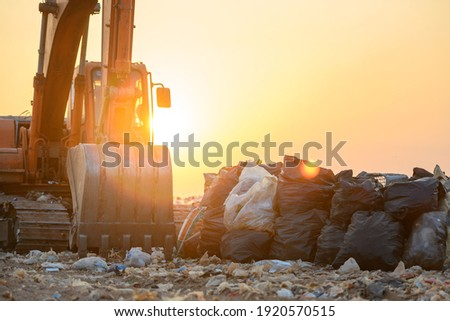 Makro vehicles waiting for landfill land with plastic waste Environmental problems, waste pollution Or household waste Stock foto ©