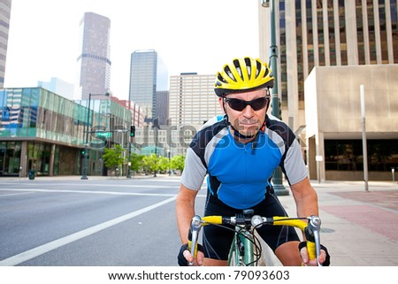 Male cyclist in downtown